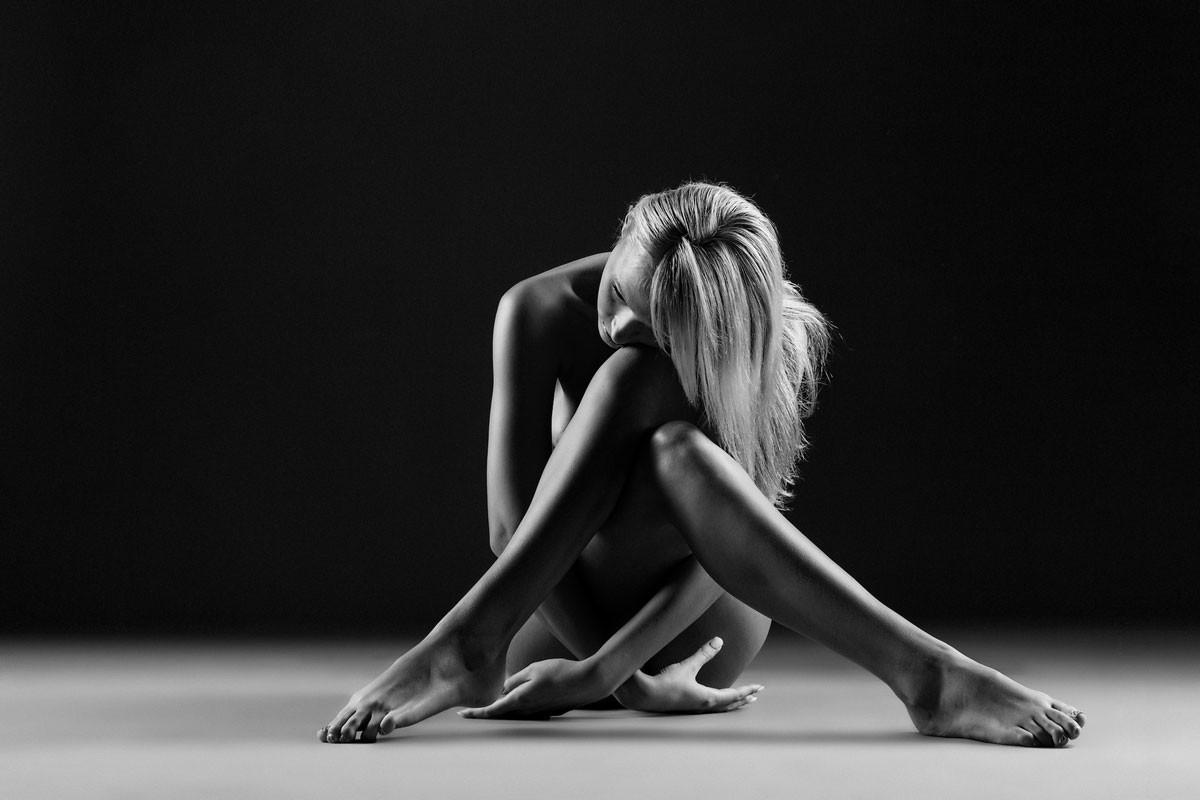 Черно белая фотосессия легкая эротика