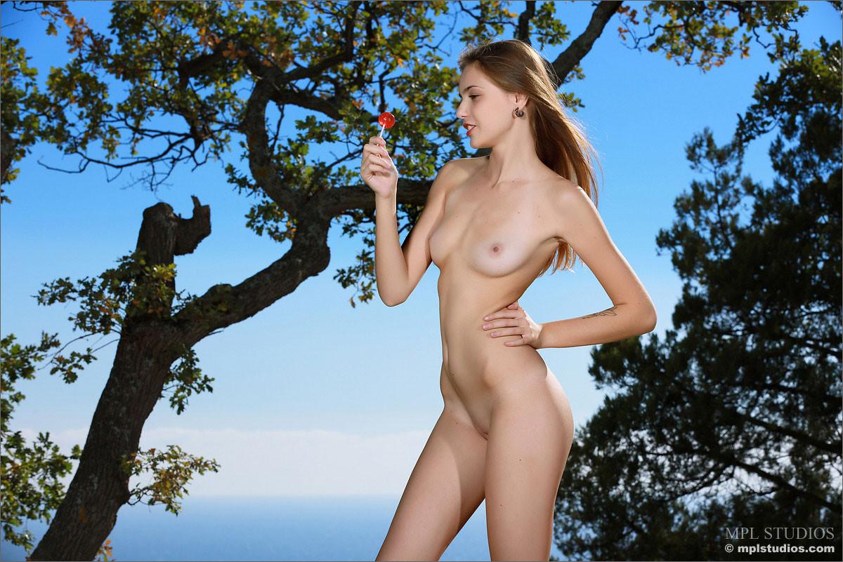 Elle MPL Nude Model